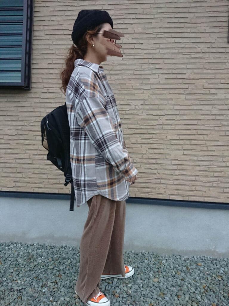 プリーツパンツ×スニーカー×ファー帽子×グレーシャツのレディースの秋コーデ