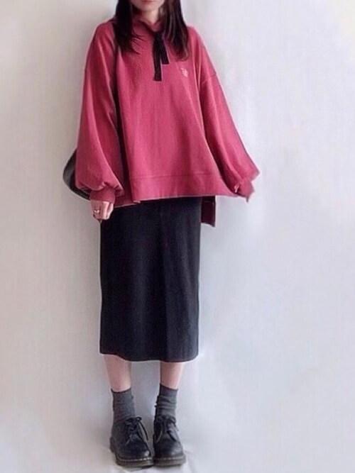 赤のパーカー×黒のタイトスカート×黒のブーツ