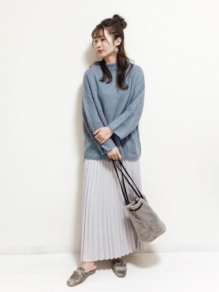 グレーのプリーツスカート×フラットシューズ×青ニット・セーターの秋コーデ
