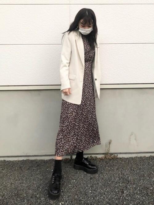 白のテーラードジャケット×花柄のワンピース×黒のブーツ