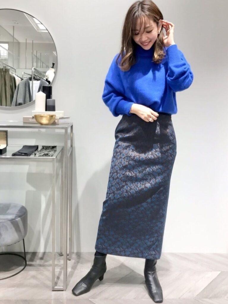 花柄タイトスカート×黒のショートブーツ×青ニット・セーターの秋コーデ