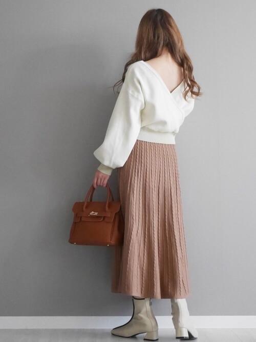 グレーのブーツ×白のニット×ピンコッタのプリーツスカート×ブラウンのバッグ