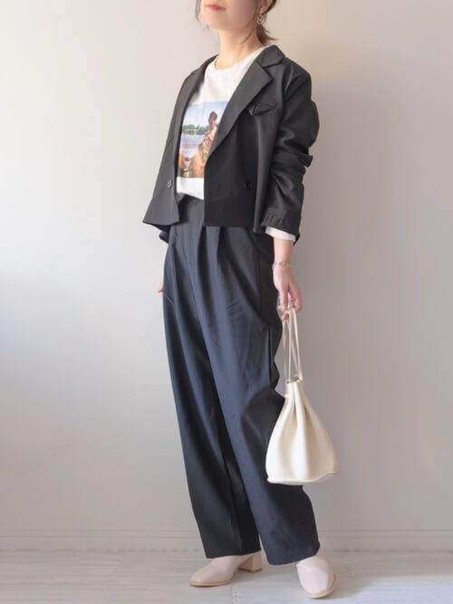 黒のテーラードジャケット×白のプリントTシャツ×黒のパンツ×ベージュのブーツ