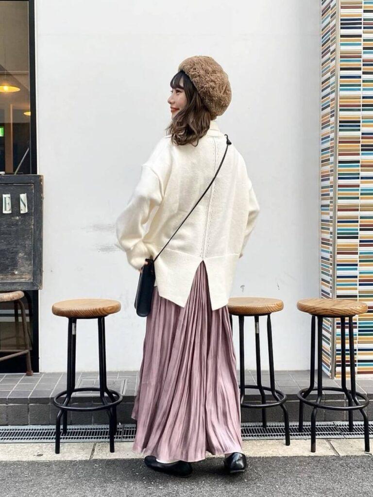 白のニットセーター×プリーツスカート×バレエシューズ×ベレー帽