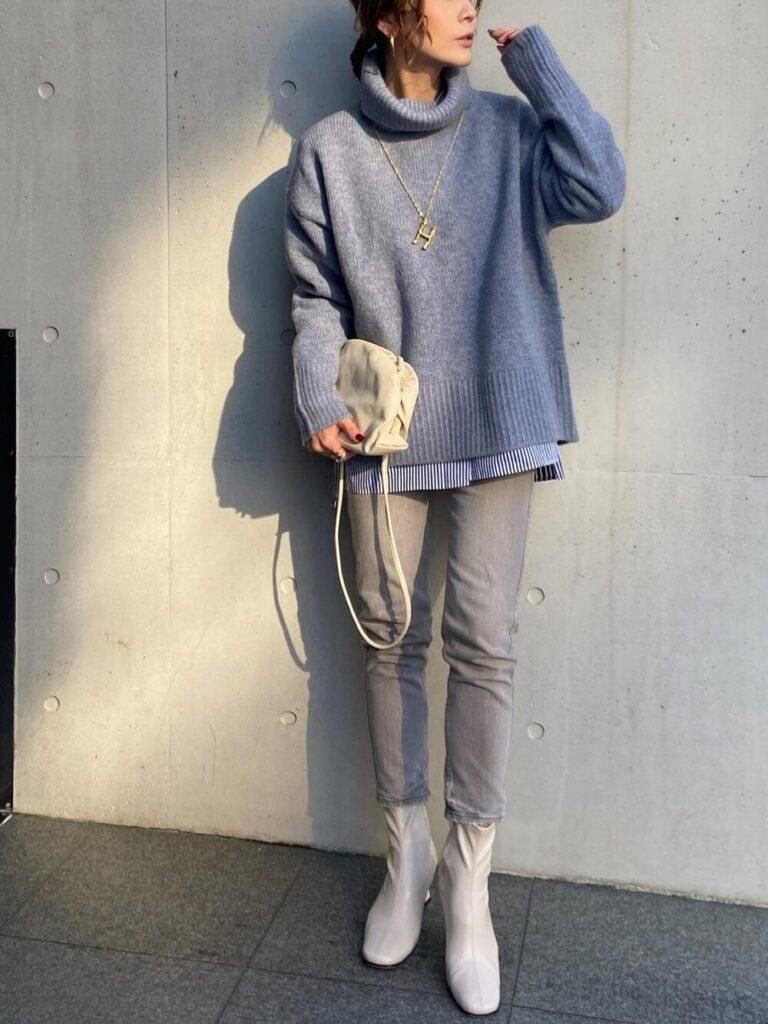 ストライプシャツ×グレーのデニム×白のショートブーツ×青ニット・セーターの秋コーデ