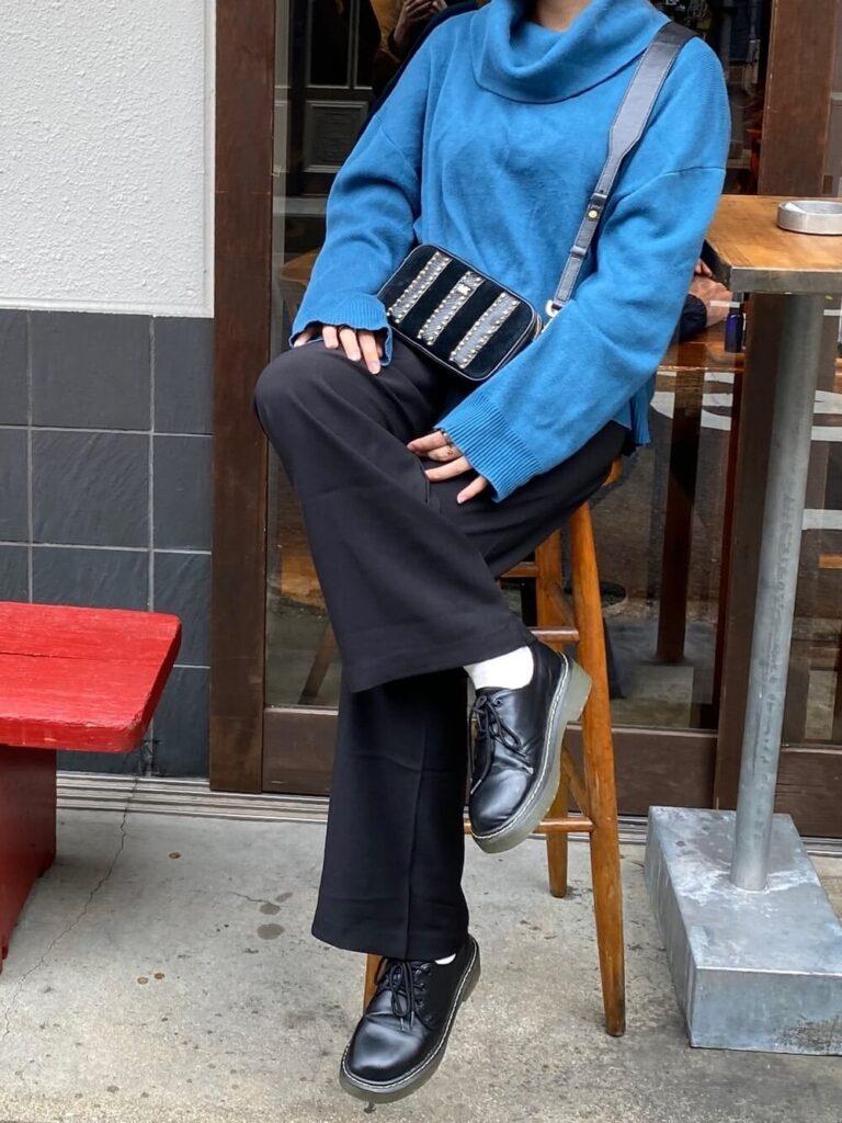 黒のワイドパンツ×黒のローファー×青ニット・セーターの秋コーデ