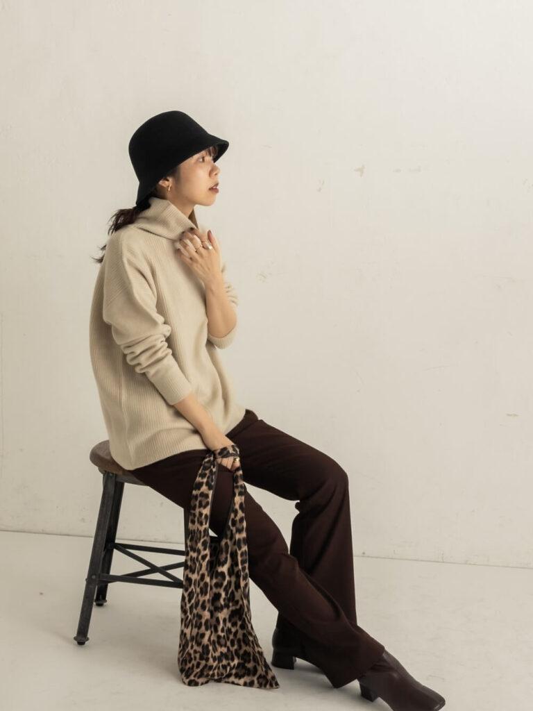 茶色フレアパンツ×ショートブーツ×バケットハット×ニット・セーターの秋コーデ