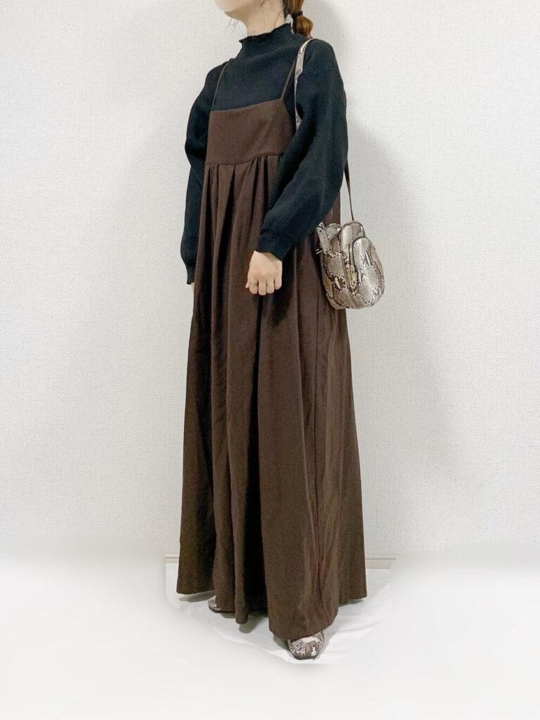 キャミオールインワン×パイソン柄パンプス×黒のニット・セーターの秋コーデ