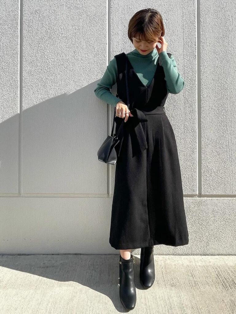 ジャンパースカート×ショートブーツ×ニット・セーターの秋コーデ