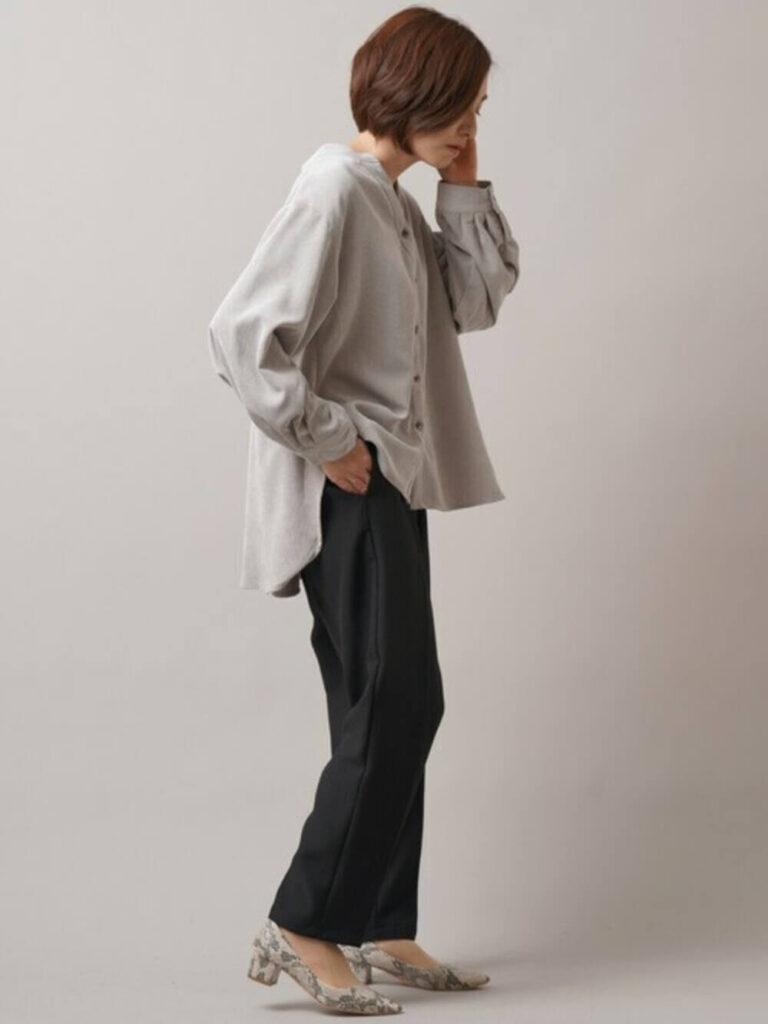 黒のスラックス×パイソン柄パンプス×グレーシャツのレディースの秋コーデ