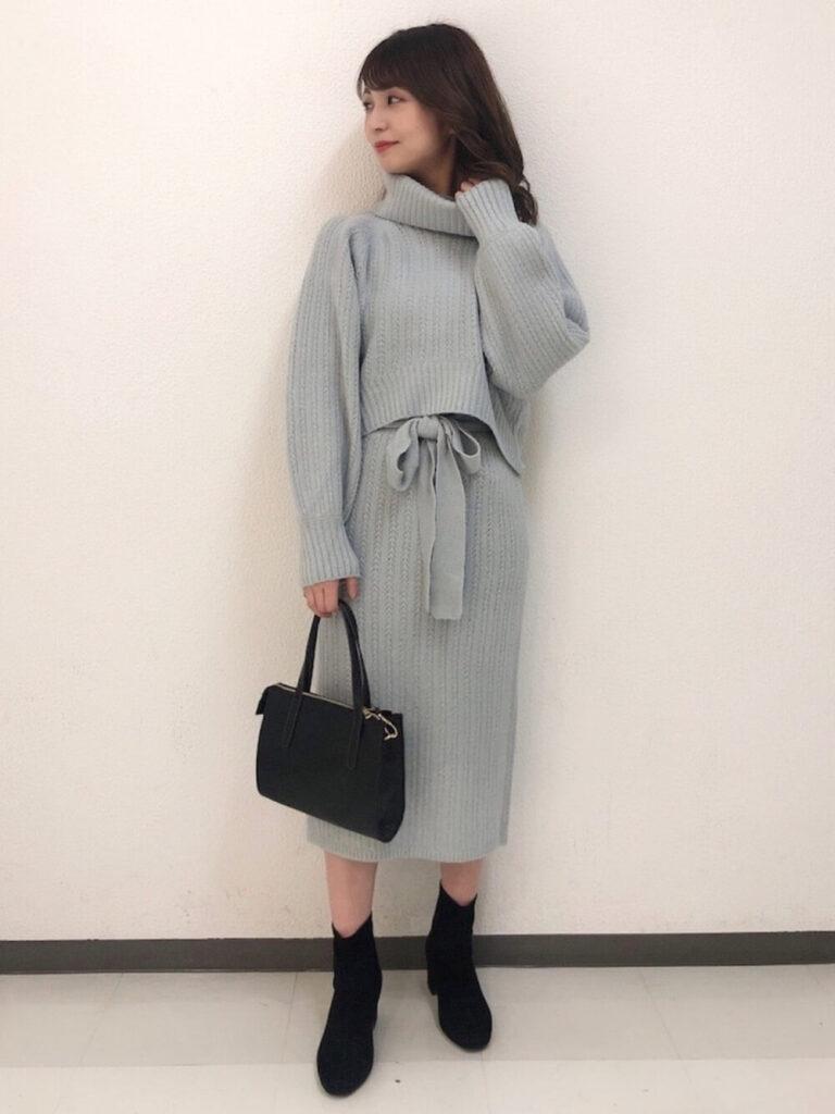 青のニットスカート×黒のショートブーツ×青ニット・セーターの秋コーデ