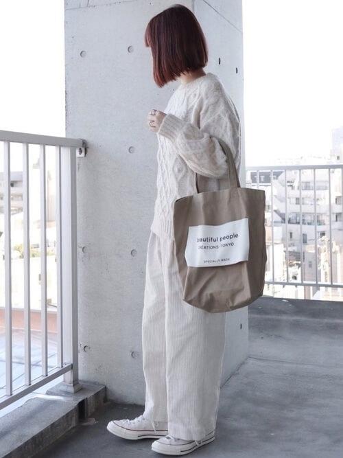白のコーデュロイパンツ×白のケーブルニット×白のスニーカー×ベージュのバッグ