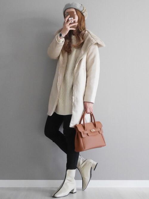 スキニーパンツ×白のフードコート×白のニット×白のブーツ×ブラウンのバッグ