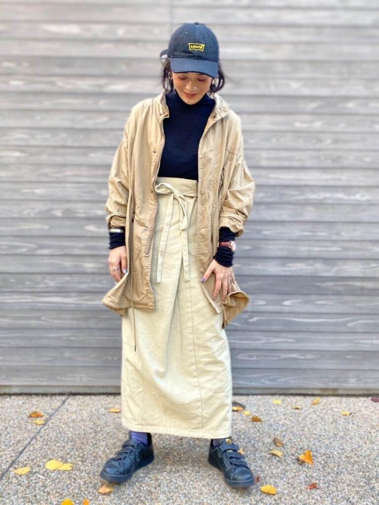 ベージュのミリタリージャケット×タイトスカート×スニーカー×キャップの秋冬コーデ