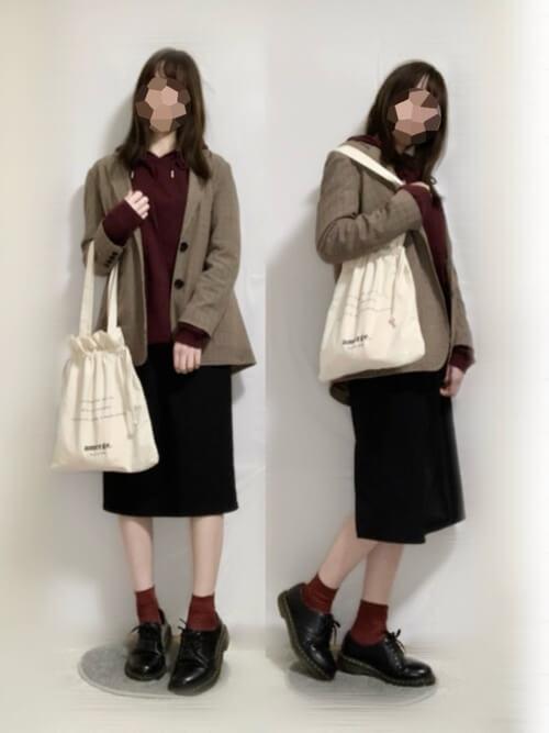 赤のパーカー×ブラウンのジャケット×黒のタイトスカート×黒のブーツ