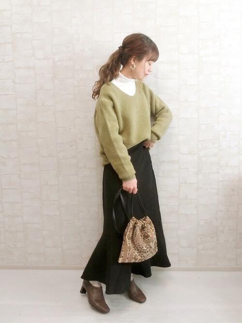 ベージュのブーティ×グリーンのニット×白のハイネック×黒のスカート