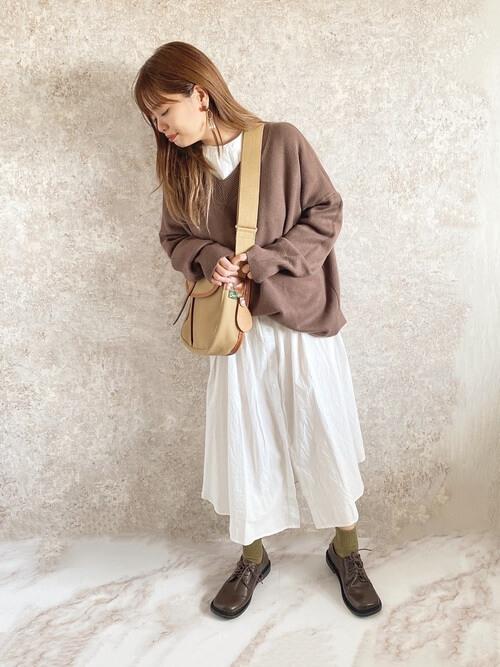 ニットセーター×白のシャツワンピ×ブラウンの靴