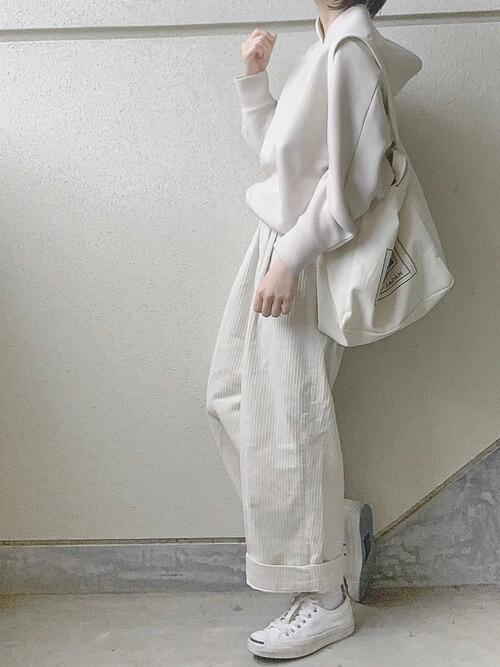 白のコーデュロイパンツ×ベージュのパーカー×白のスニーカー