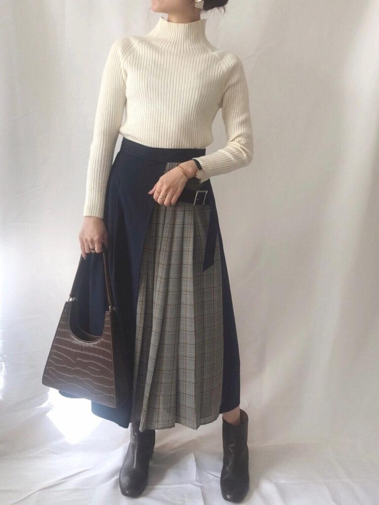 白のタートルネック×チェック柄フレアスカート×ショートブーツの秋のオフィスコーデ