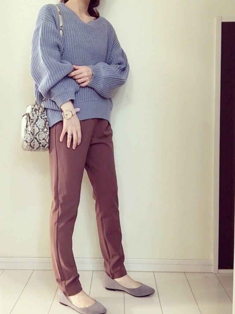 茶色のテーパードパンツ×パンプス×青ニット・セーターの秋コーデ
