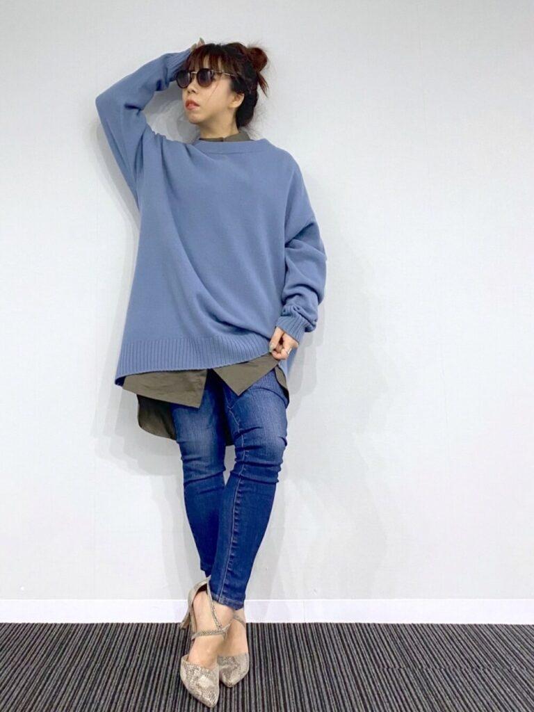 カーキのシャツ×スキニーデニム×パンプス×青ニット・セーターの秋コーデ