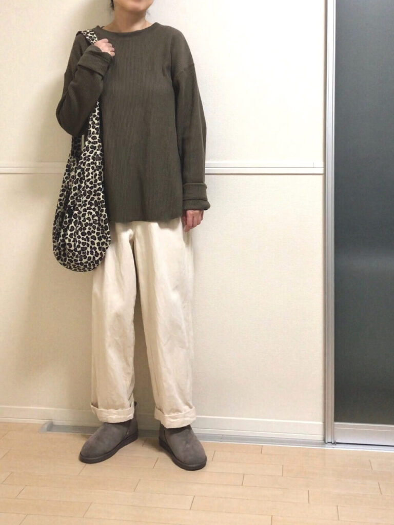 茶色のカットソー×白のワイドパンツ×グレーのムートンブーツのレディースコーデ