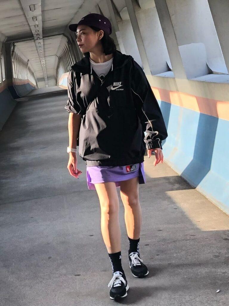 アノラックパーカー×紫のミニスカート×スニーカー×キャップの秋冬コーデ