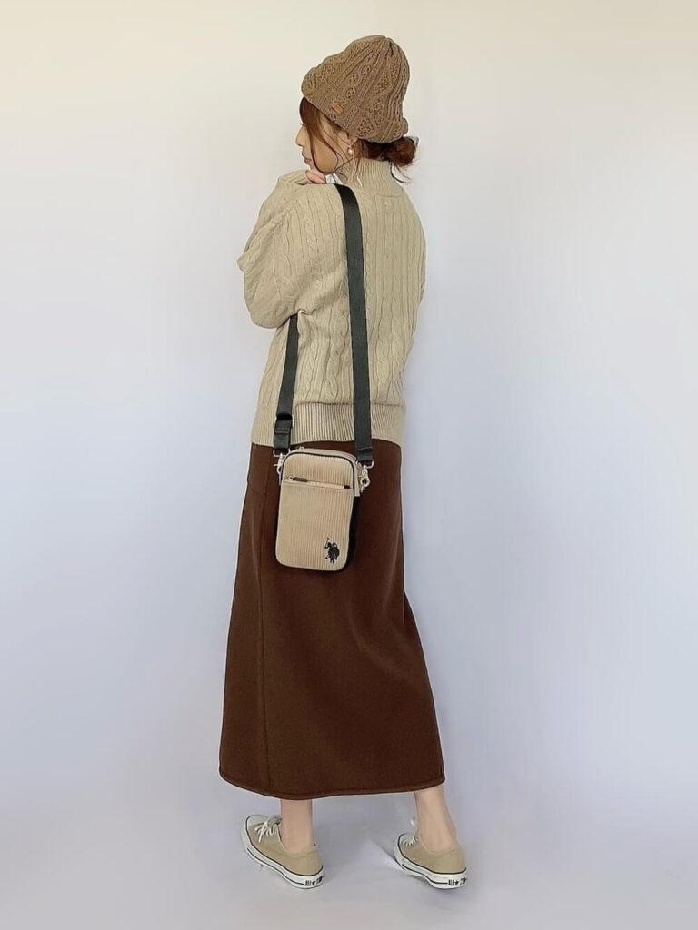 モックネックニット×茶色のタイトスカート×スニーカー×ニット帽の秋冬コーデ