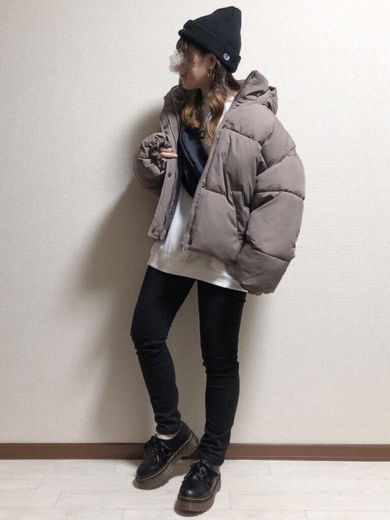 ダウンジャケット×白のスウェット×黒スキニー×厚底ローファー×ニット帽の秋冬コーデ