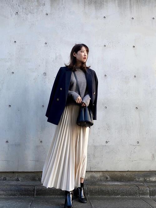 黒のテーラードジャケット×ブラウンのニット×白のスカート×黒のブーツ