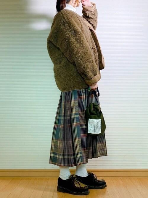 チェックのプリーツスカート×ブラウンのボアジャケット×黒のファーブーツ