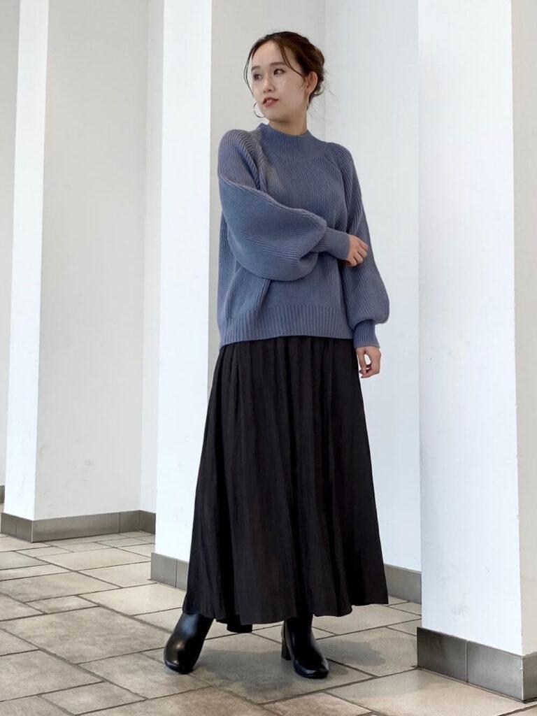 黒のプリーツスカート×黒のショートブーツ×青ニット・セーターの秋コーデ