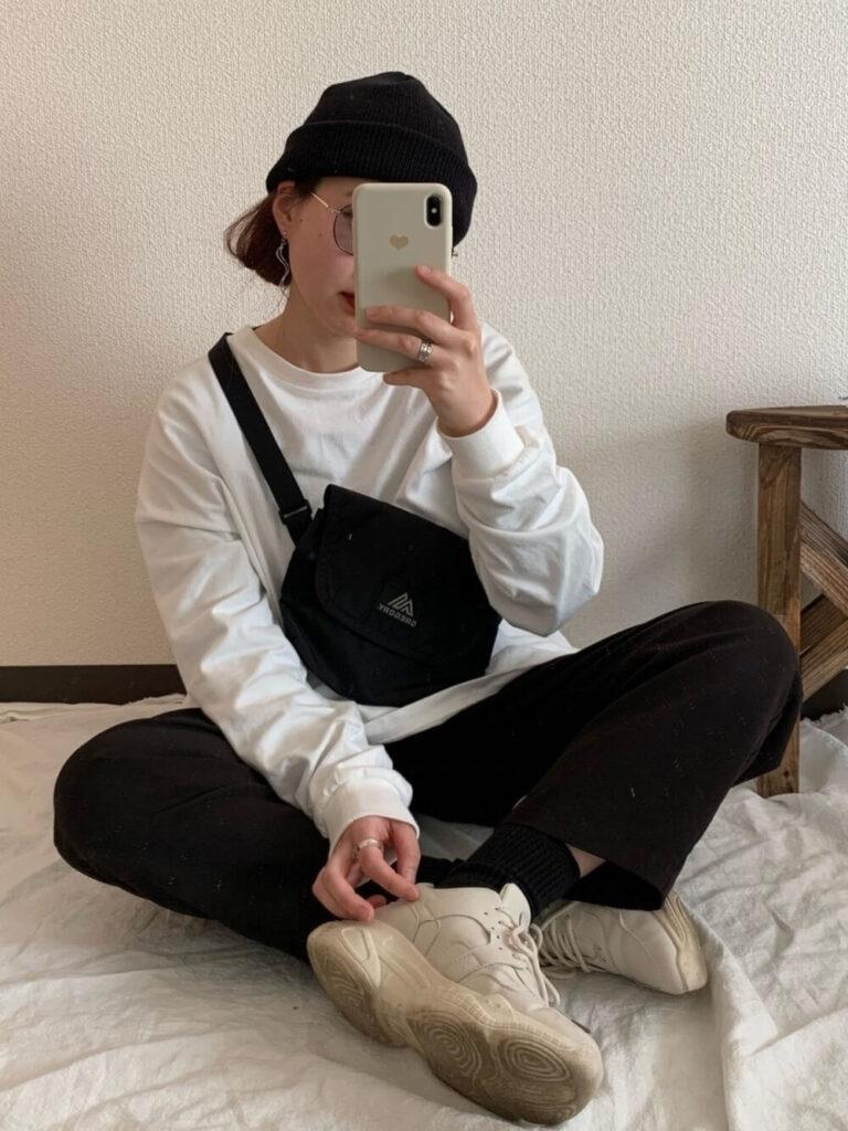 白のカットソー×黒のチノパン×スニーカー×ニット帽の秋冬コーデ