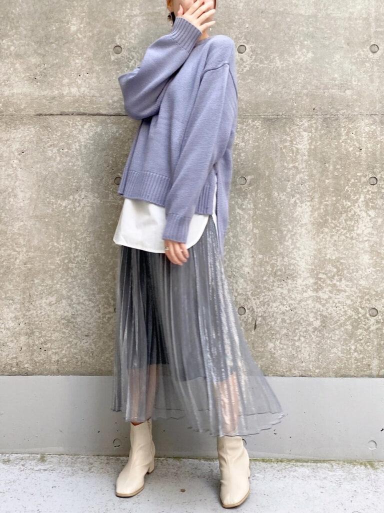 白のカットソー×プリーツスカート×白のショートブーツ×青ニット・セーターの秋コーデ