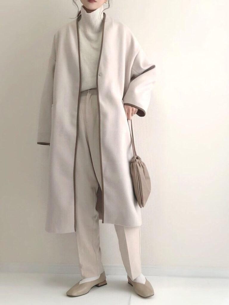 白のニットセーター×ノーカラーコート×スラックス×パンプス