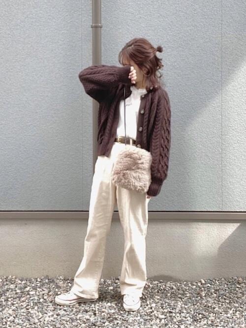 茶色のカーディガン×白のTシャツ×白のデニムパンツ×白のスニーカー×ファーバッグ