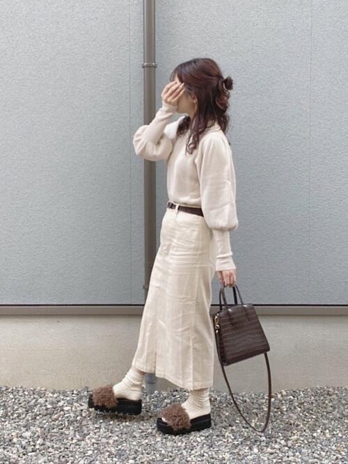 ファーサンダル×白のニット×白のスカート×ブラウンのバッグ