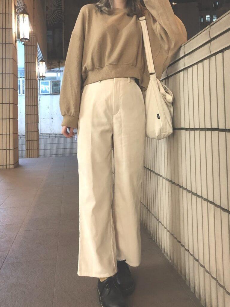 白のワイドパンツ×ローファー×ニット・セーターの秋コーデ