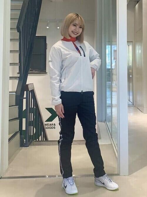 白のブルゾン×オレンジのTシャツ×黒のパンツ×白の靴