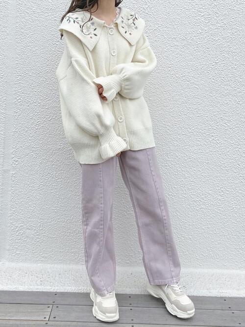 刺繍入りニット×パープルカラーのデニム×白のスニーカー