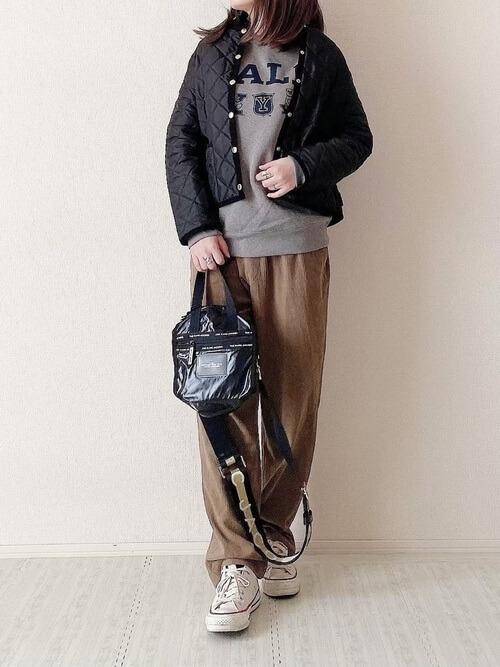 黒のノーカラーキルティングジャケット×グレーのスエット×ブラウンのマタニティパンツ