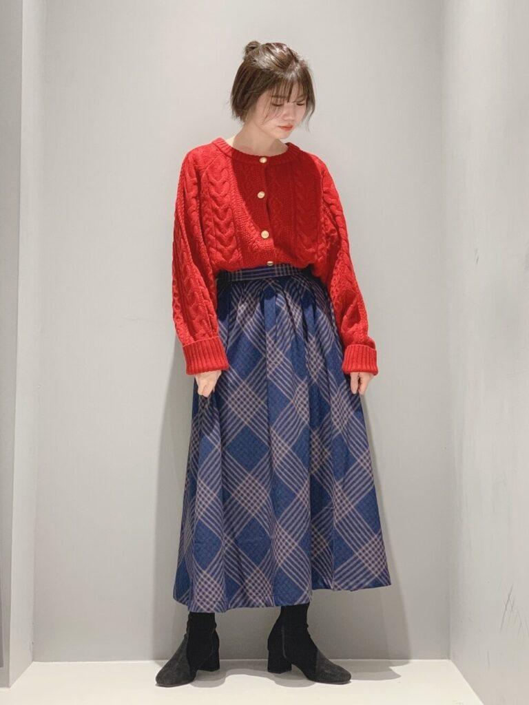チェック柄フレアスカート×ショートブーツ×赤カーディガンの秋コーデ