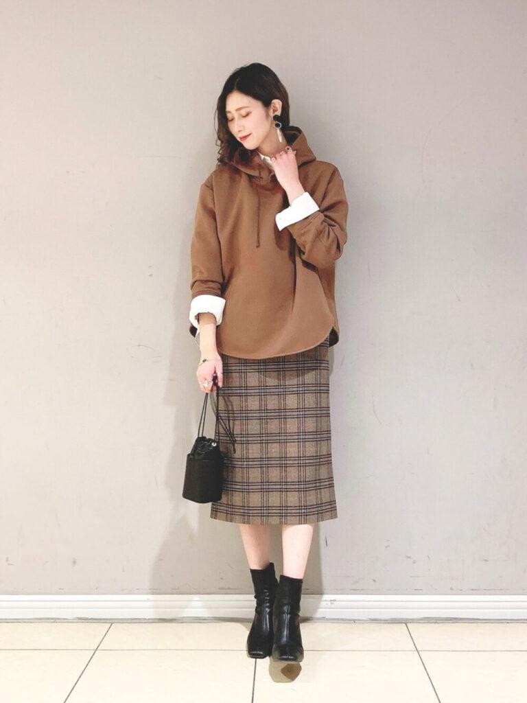 ブラウンのパーカー×白シャツ×チェックタイトスカート×ブーツ