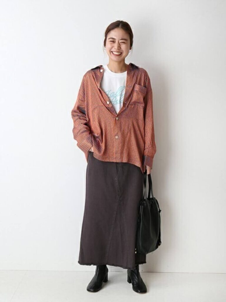 白のTシャツ×茶色のデニムスカート×ショートブーツ×赤シャツのレディースの秋コーデ
