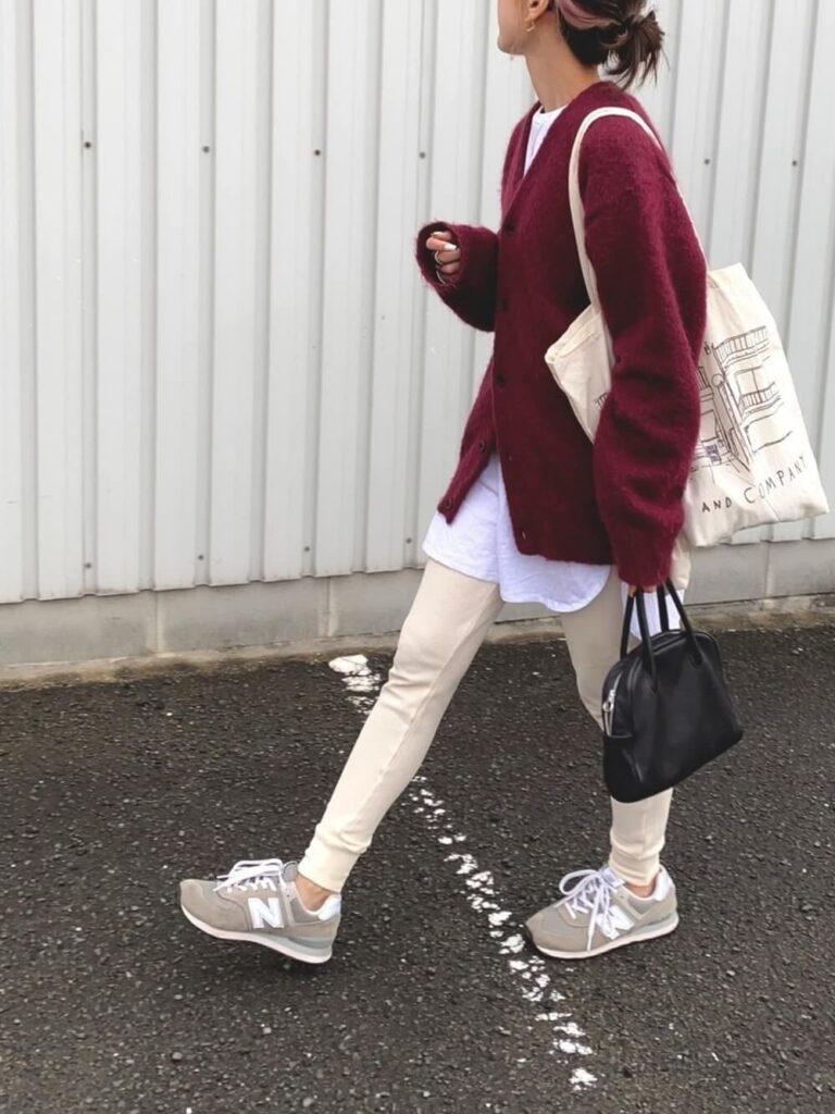 白のTシャツ×白のレギパン×スニーカー×赤カーディガンの秋コーデ