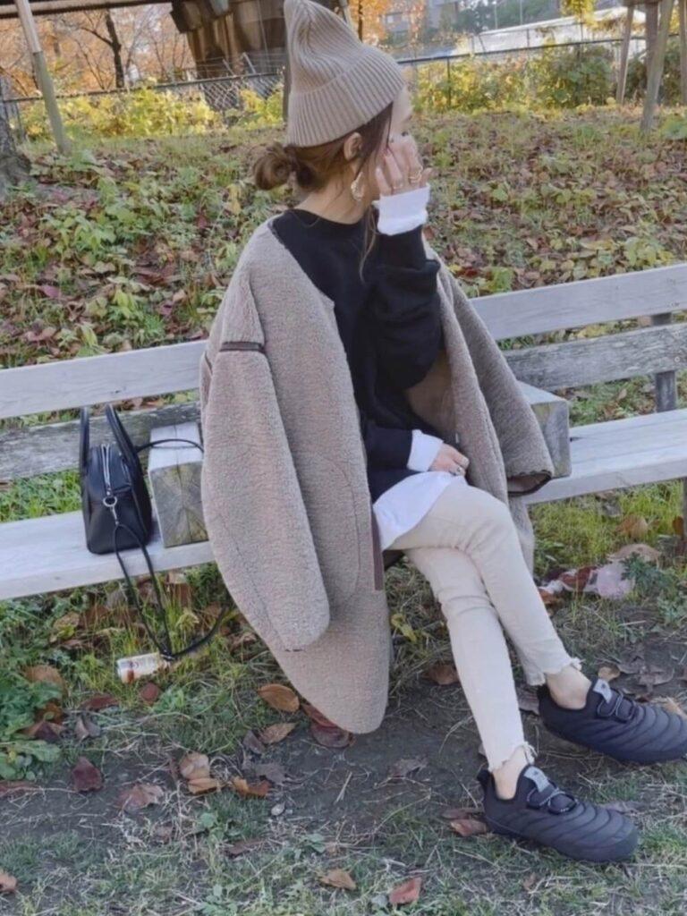 ムートンコート×黒のスウェット×リブレギンス×スニーカー×ニット帽の秋冬コーデ