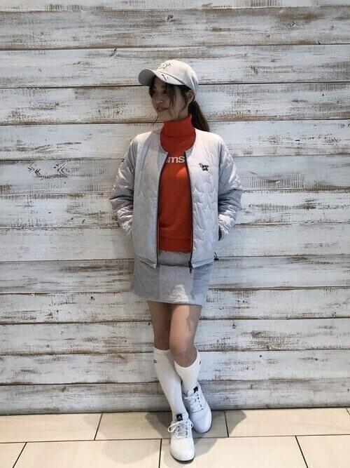 グレーのブルゾン×オレンジのタートルネック×グレーのスカート