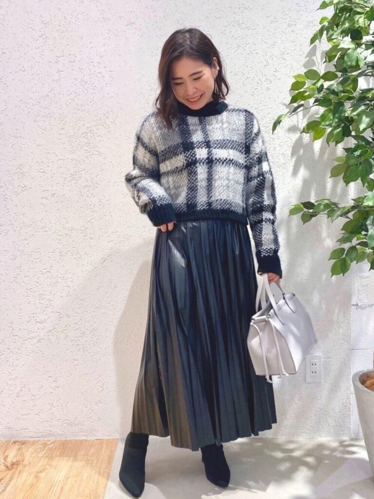 レザープリーツスカート×ショートブーツ×チェックニット・セーターの秋コーデ