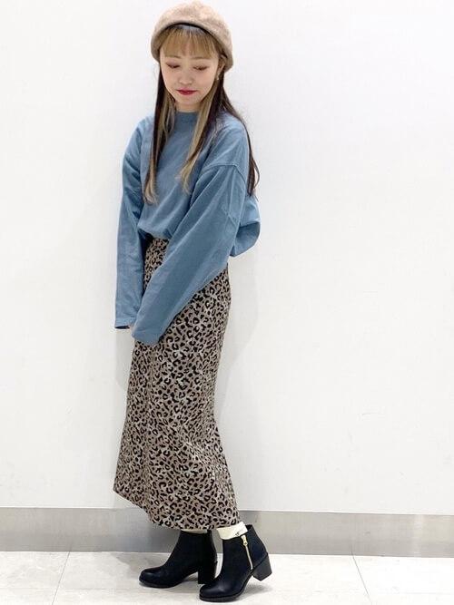 青のロンT×レオパード柄のスカート
