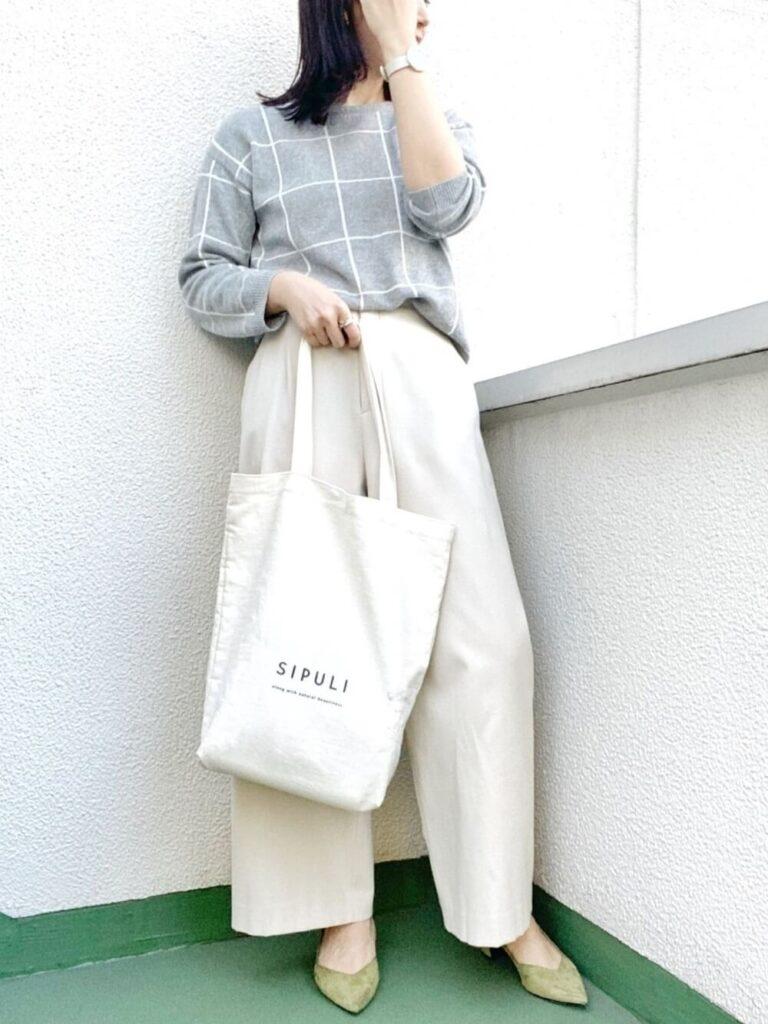 白のワイドパンツ×緑のパンプス×チェックニット・セーターの秋コーデ